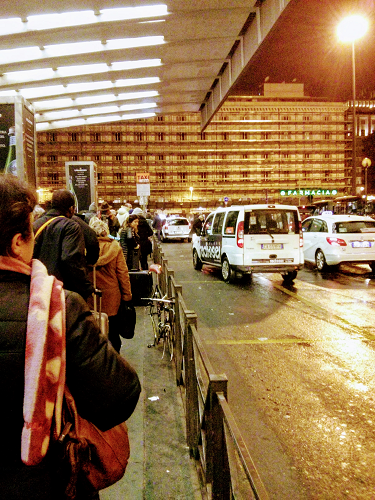 Rom Hauptbahnhof abends am Taxistand